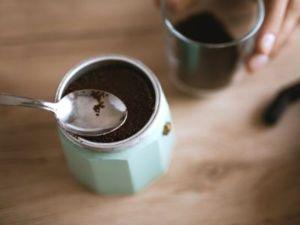 filling-coffee-moka-pot