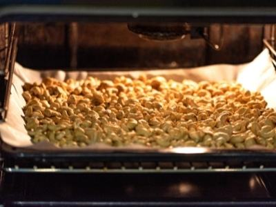 roasting-cashew-nuts